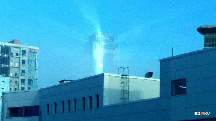 Смотрите, они светятся! В тумане екатеринбургские небоскрёбы превратились в маяки