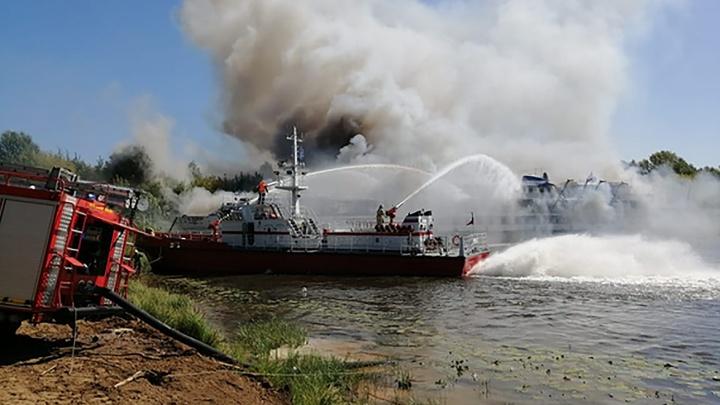 «Открытый огонь был ликвидирован»: следим онлайн за пожаром на теплоходе «Святая Русь»