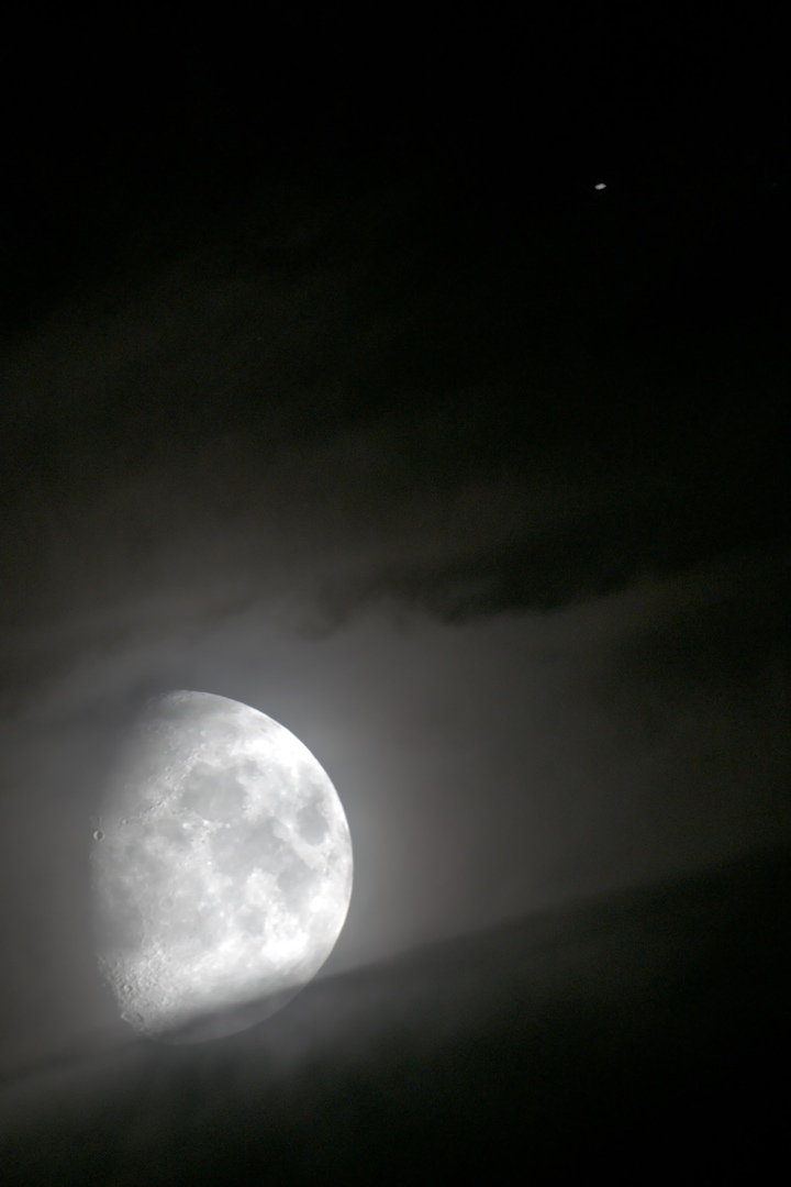 На фото Сатурн — яркая точка в правом верхнем углу