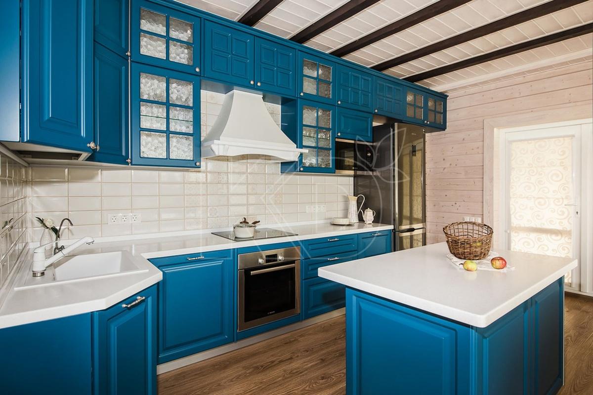 Дизайнеры «Кухонного двора» знают, что наряду с удобством и функциональностью в кухне важно настроение, ведь она — центр притяжения квартиры