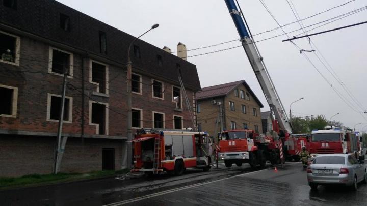 Огненное утро: в Ростове загорелась крыша многоквартирного дома