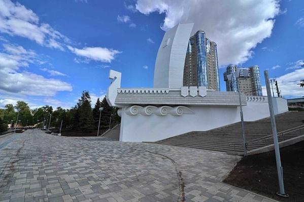 Украшение набережной — монумент «Ладья»