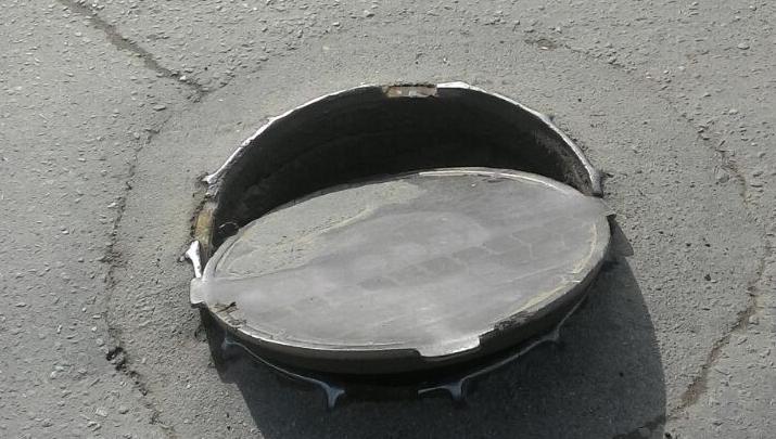 Два автомобиля пробили колёса из-залюка на улице Гоголя
