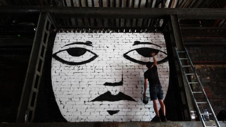 Современная икона: Челябинск украсили арт-объектом с печальным лицом
