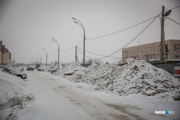 В департаменте транспорта и благоустроительного комплекса рассказали, в каких районах не хватает денег на уборку снега с внутриквартальных дорог