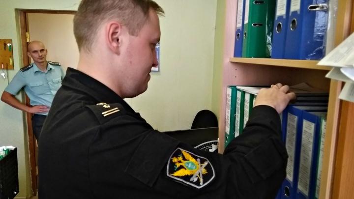 Ярославец ворвавшимся к нему приставам заявил, что их не существует