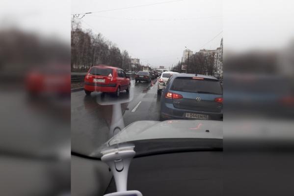 В пробке водители успевают несколько раз выйти из машины и покурить
