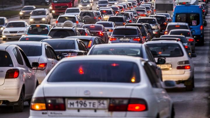 Новосибирцы встали в гигантские пробки при попытке выехать с левого берега по Октябрьскому мосту
