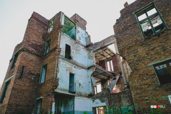 Раньше в поселке Шахта была большая хорошая больница, но сейчас от нее остались лишь руины