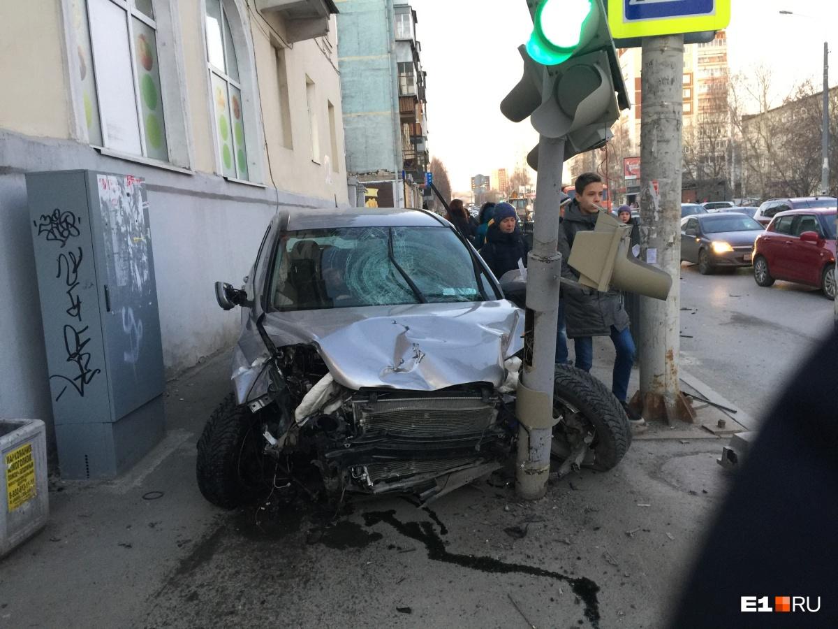 Машина вылетела на тротуар, сбила троих пешеходов и врезалась в светофор