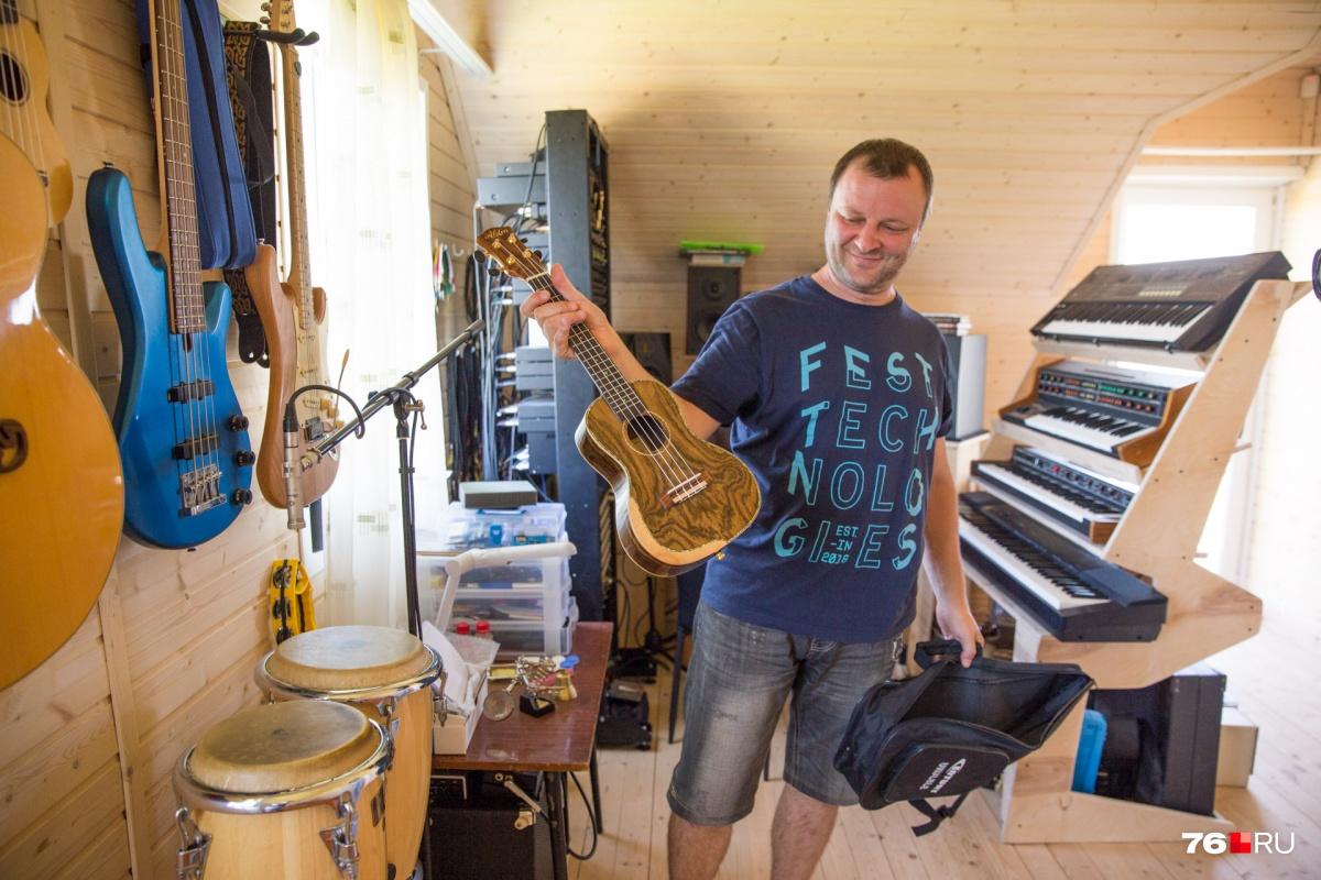 На втором этаже студия, в которой Артём записывает песни