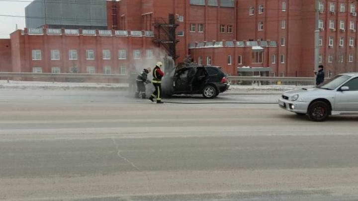 На Димитровском мосту вспыхнул BMW: у машины выгорел моторный отсек