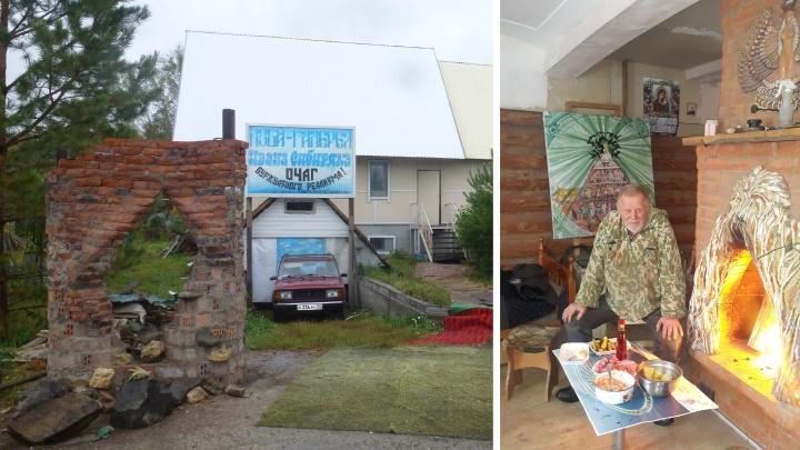 Новосибирский художник повесил в галерее из соломы картину об элите на чемоданах с деньгами