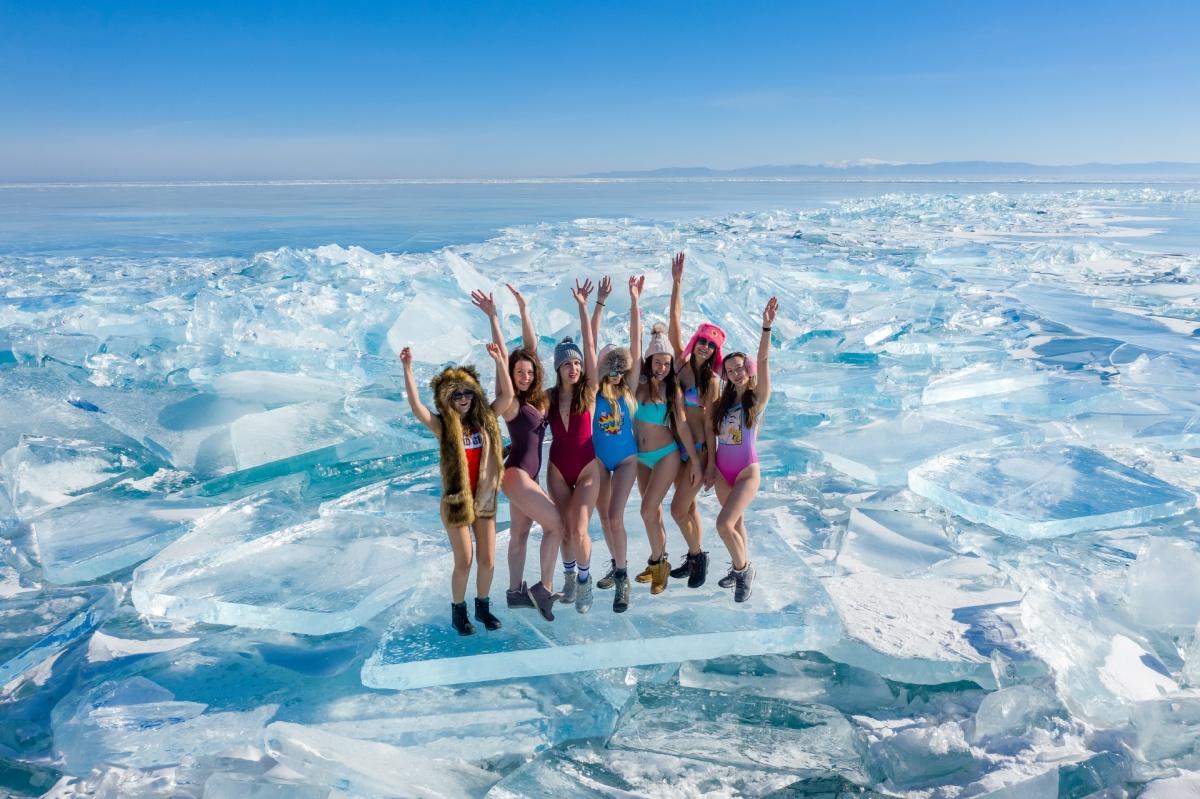 Участвующие в туре девушки позировали в купальниках на фоне застывшего Байкала