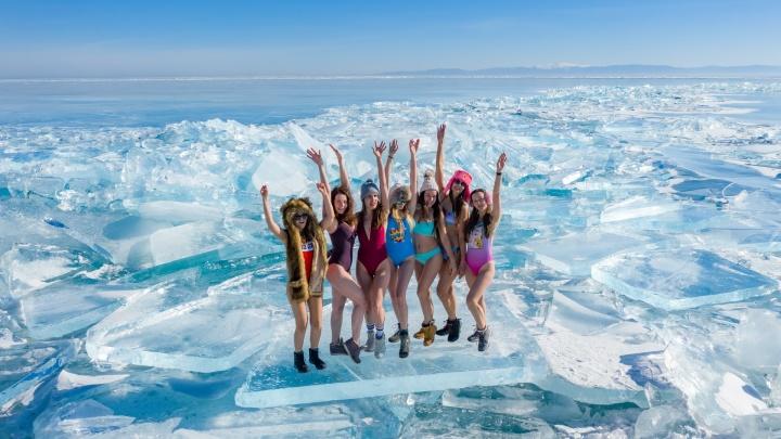 Новосибирец устроил на байкальской льдине фотосессию с девушками в купальниках
