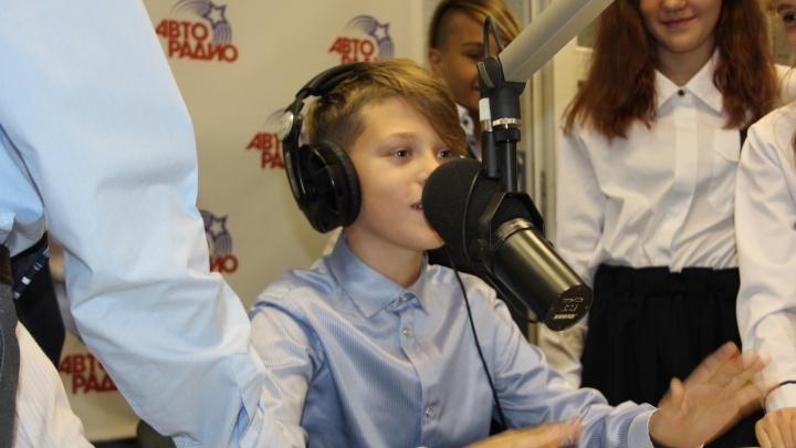 «Вы же вставите это в эфир?»: в Екатеринбурге дети на один день стали радиоведущими