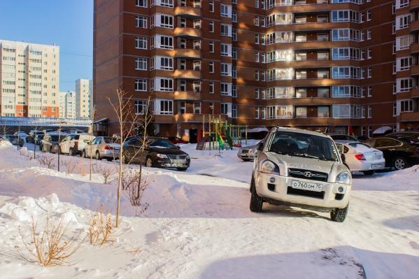 Парковка на газонах и пешеходных дорожках во дворах стала обыденностью