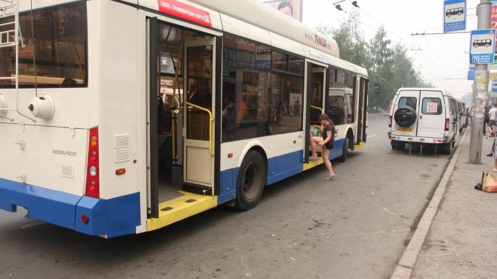 Троллейбусы начали объезжать Красный проспект из-за аварии