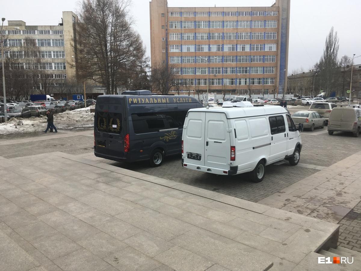 На парковке в ЦК «Урал» в этот день стоял весьма специфический транспорт