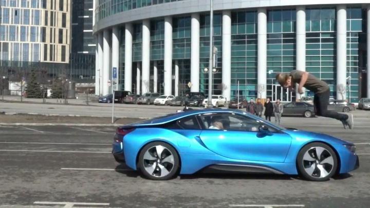 Уральский экстремал сделал сальто через BMW, которая мчалась на него со скоростью 100 км/ч