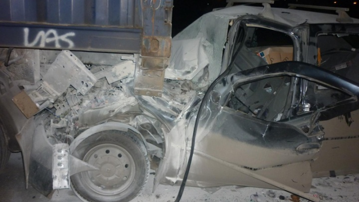 В Ярославле легковушка влетела под грузовик: пострадали два человека