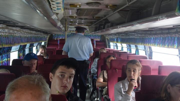 На въезде в Екатеринбург автоинспекторы устроили облаву на водителей автобусов
