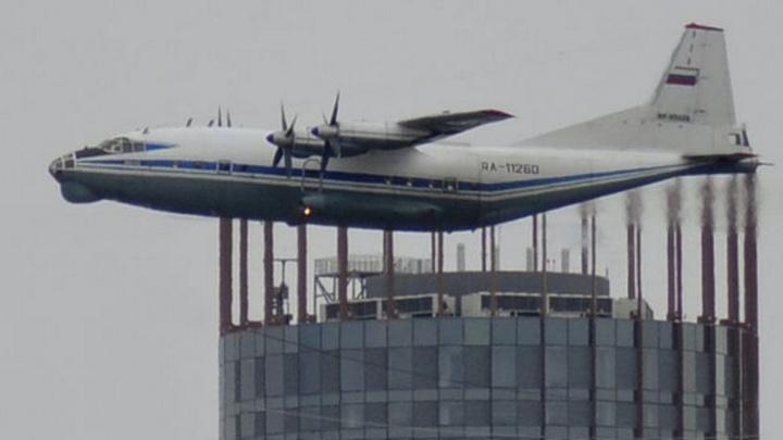 """Самолёт, который """"прилёг"""" на башню """"Исеть"""", стал лучшим фото дня на E1.RU в мае"""