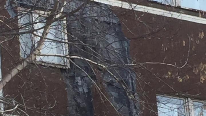 «Обломки так и валяются»: в Пионерском обвалился фасад девятиэтажного дома