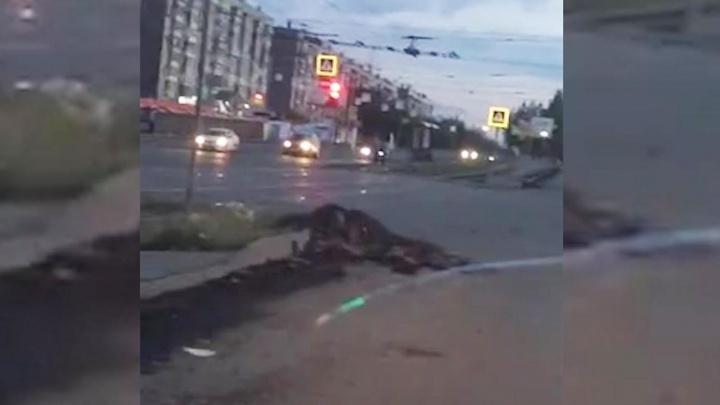 «Ждём новые ДТП?»: дорожники оставили куски старого асфальта на самом большом проспекте Челябинска