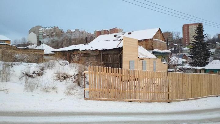 «Потемкинские деревни»: ветхий дом в Николаевке закрыли красивой стеной