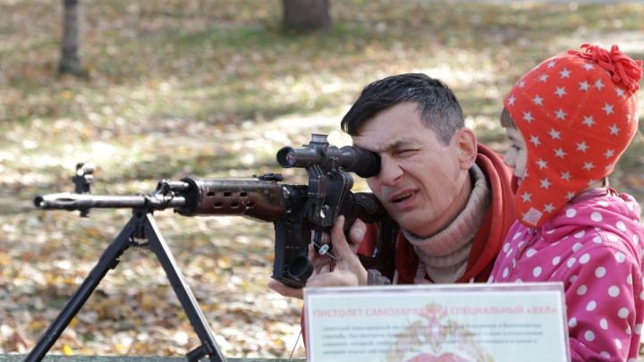 Фото: новосибирцы пришли поесть армейской каши в Центральный парк