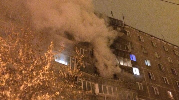 «Эвакуировали 39 человек»: из-за пожара в квартире в Челябинске погорели балконы на трёх этажах