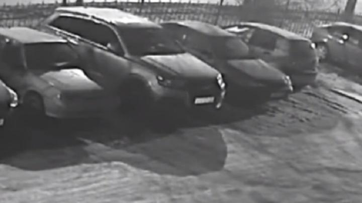 """Ущерб - 400 тысяч: на Юго-Западе на охраняемой парковке """"разули"""" Audi Q7"""
