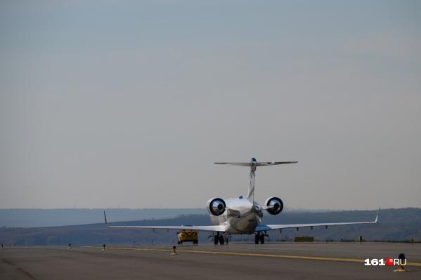 Самолет сел в Платове утром — за пилотом сразу приехала скорая