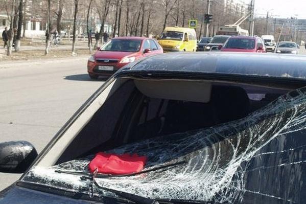Характерный след на стекле — результат наезда на пешехода