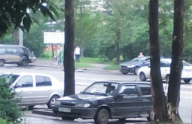 Микроавтобусы бьются с легковушками: в Екатеринбурге продолжились аварии на мокрых дорогах