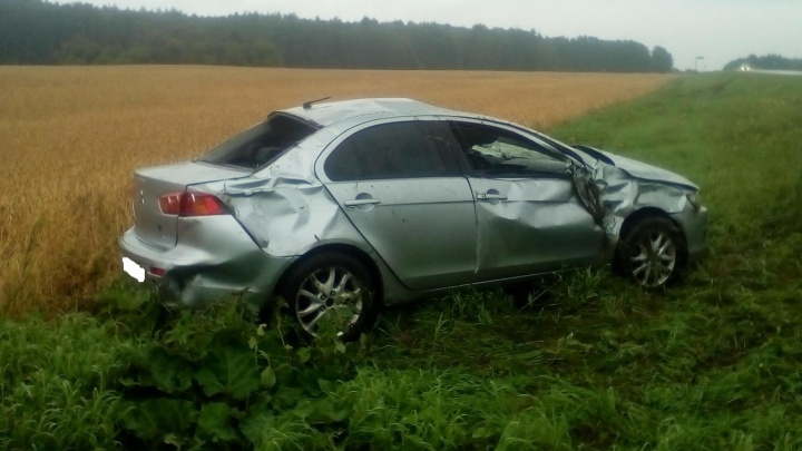 В Далматовском районе водитель не рассчитал скорость и перевернулся на мокрой дороге