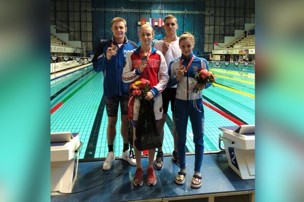 Арине Сурковой (вторая слева) 20 лет, она мастер спорта России.Фото сделано на чемпионате России по плаванию на длинной воде, который ранее прошёл в Москве