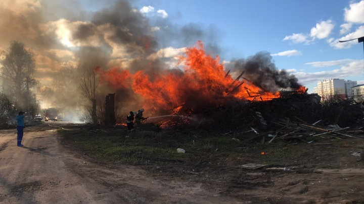 Полыхало около жилых домов: в Ярославле сгорел дом, который власти не смогли снести за год