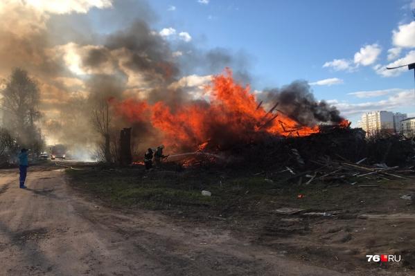 Пламя могло перекинуться на соседние дома