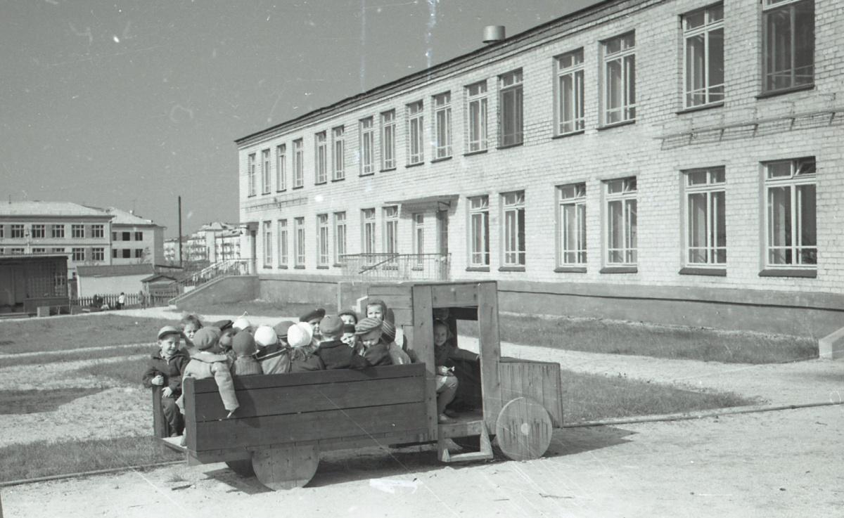 Детские площадки изобиловали машинками, паровозами и пароходами