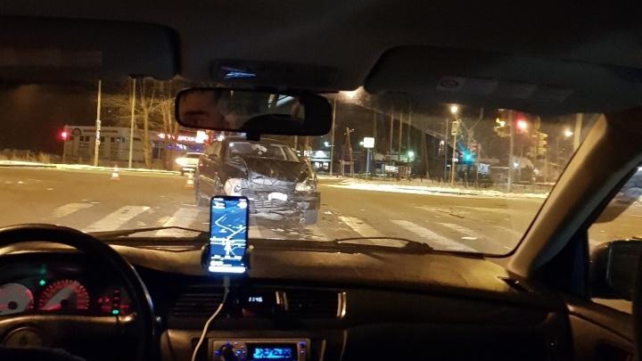 Возле «Меги» из-за водителя, не уступившего дорогу, столкнулись три машины