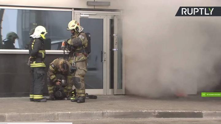 «Дышать нечем, в горле першит»: во Внуково люди застряли в зоне прилета из-за пожара