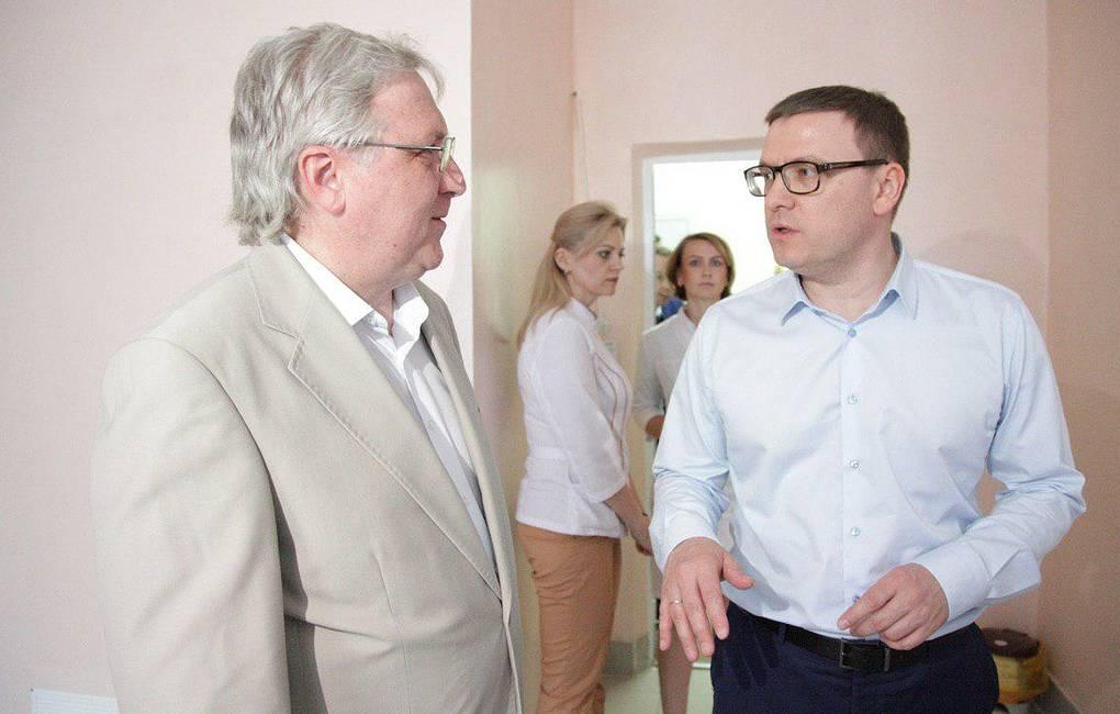 Накануне задержания главврач Владимир Яковлев (слева) принимал в своей больнице врио губернатора Алексея Текслера