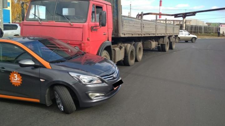 Шины слетели с дисков: в Самаре КАМАЗ протаранил каршеринговый автомобиль