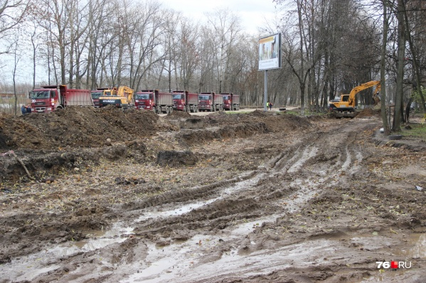 Власти обещают, что к 1 ноября на этом месте будет расширенная магистраль с дорогой-дублёром