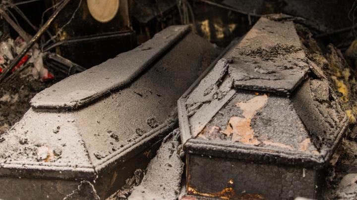 Скорбь в огне: кадры последствий ночного пожара в похоронном доме семьи Якушиных