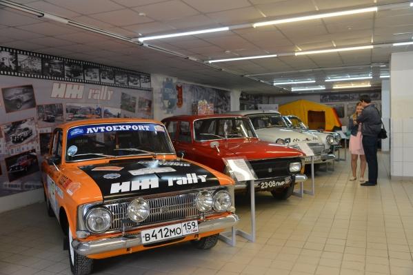 В музее размещены десятки ретроавтомобилей