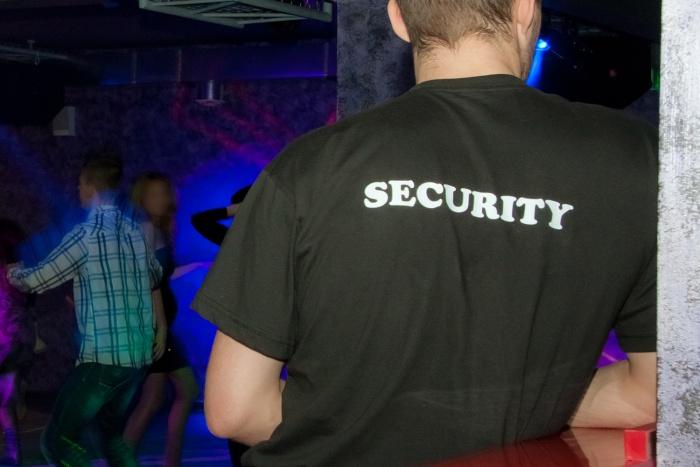 Раньше Артём отдыхал в этом клубе —охрана относилась к протезу спокойно