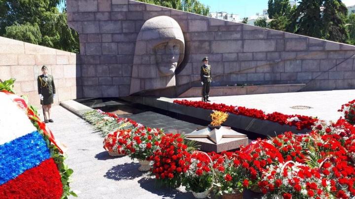 Сберечь память о войне: в Самаре возложили цветы к Вечному огню